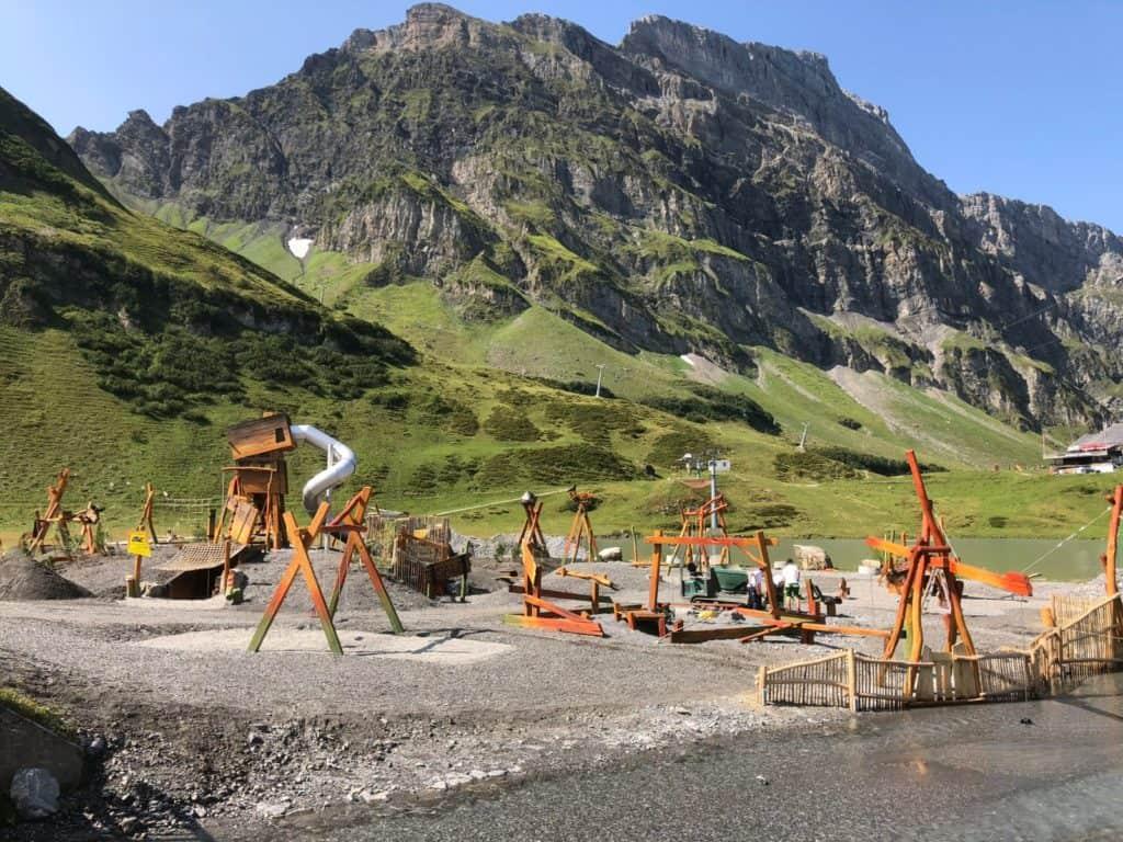 Spielplatz mit Bergkulisse