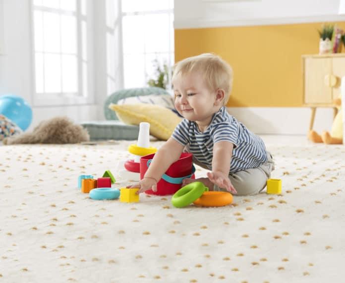 Baby spielt mit Fisher-Price