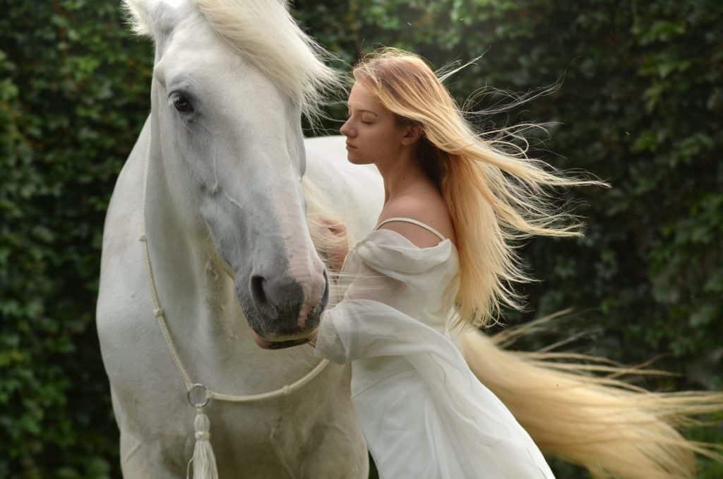 Anti Depression: Erholung in der Natur: Reiten: Mädchen mit Pferd