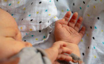 babyhand baby finger klein kind rosa neugeboren