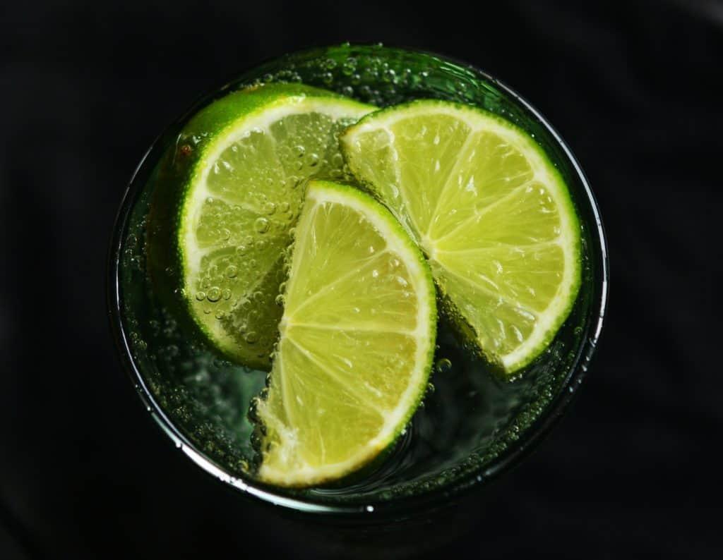 Zitrusfrüchte hier die Limettte:: limette, wasser, erfrischend