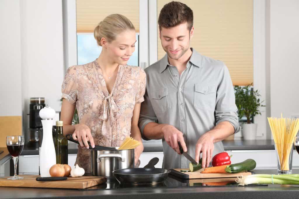 Anti Depression: Gemeinsam Kochen: frau, küche, mann