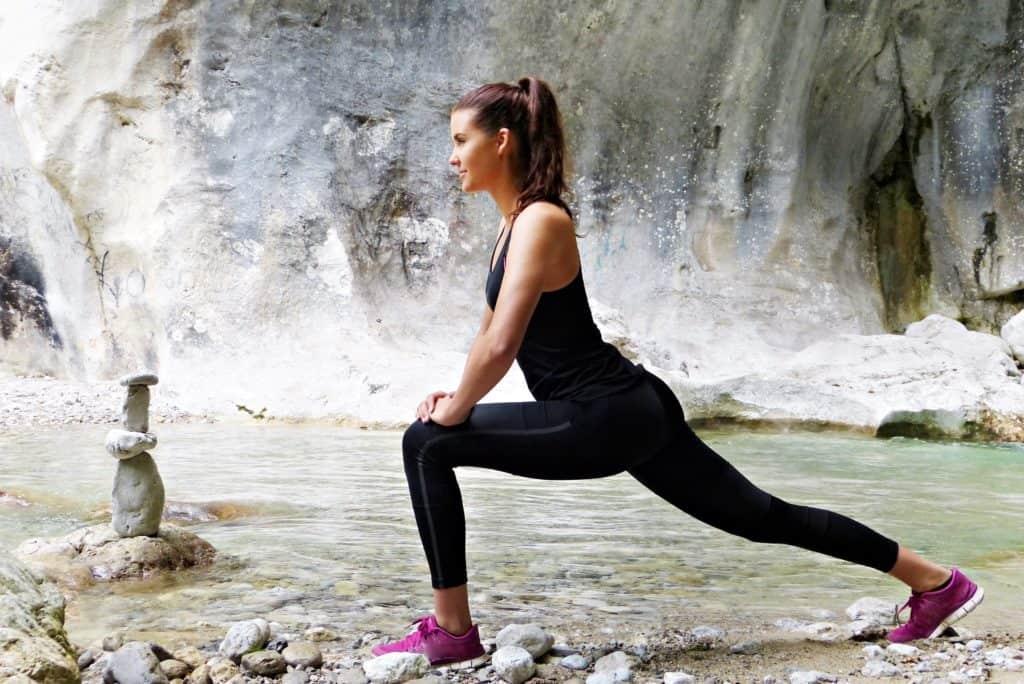 Sich vor dem Laufen ein paar Minuten zu dehnen, macht die Muskeln geschmeidig: junge frau, mädchen, sportlich