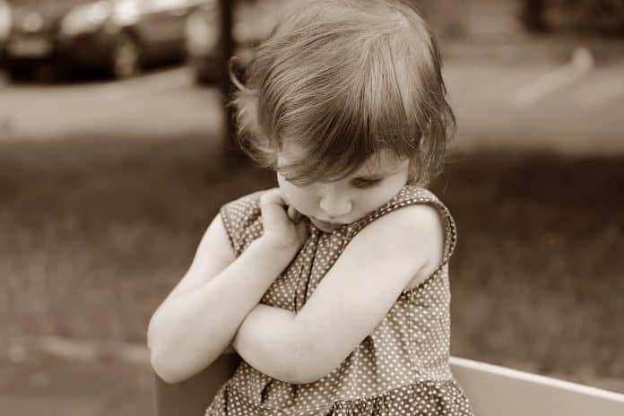Baby Mädchen Schüchtern Emotionen Versteckte