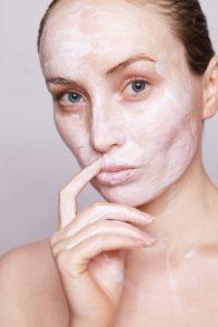In der Schwangerschaft hat die Haut besondere Anforderungen, vor allem bei der Reinigung und Pflege. Schöne Haut in der Schwangerschaft.