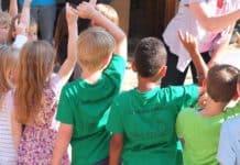 kinder kind rücken aufzeigen kindergarten kita