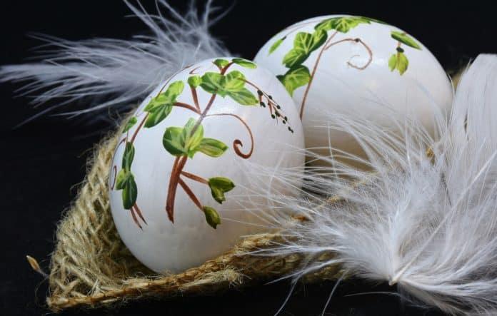 ostern feier eier ostereier bemalt feder
