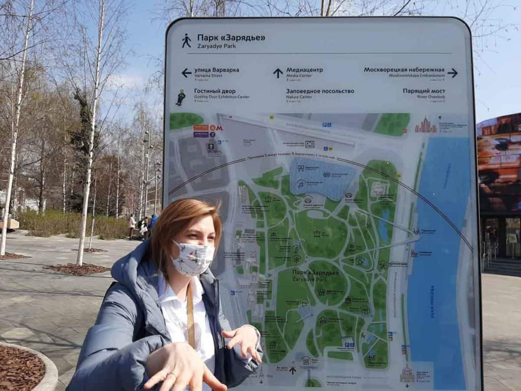 Impfreise nach Moskau/Russland Stadtführerin Natalia im neuen Park am Kreml