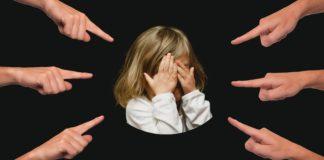 Psyche des Kindes stärken, mobbing, kind, finger