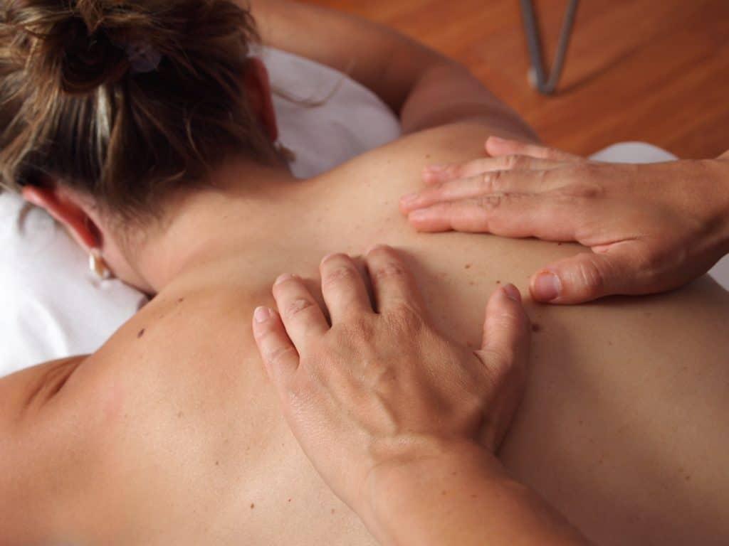 Brustpflege in der Schwangerschaft, Massage kann helfen, frau, hände, massage