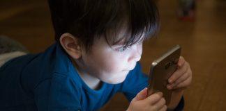 junge handy sucht telefonieren mobil kommunikation