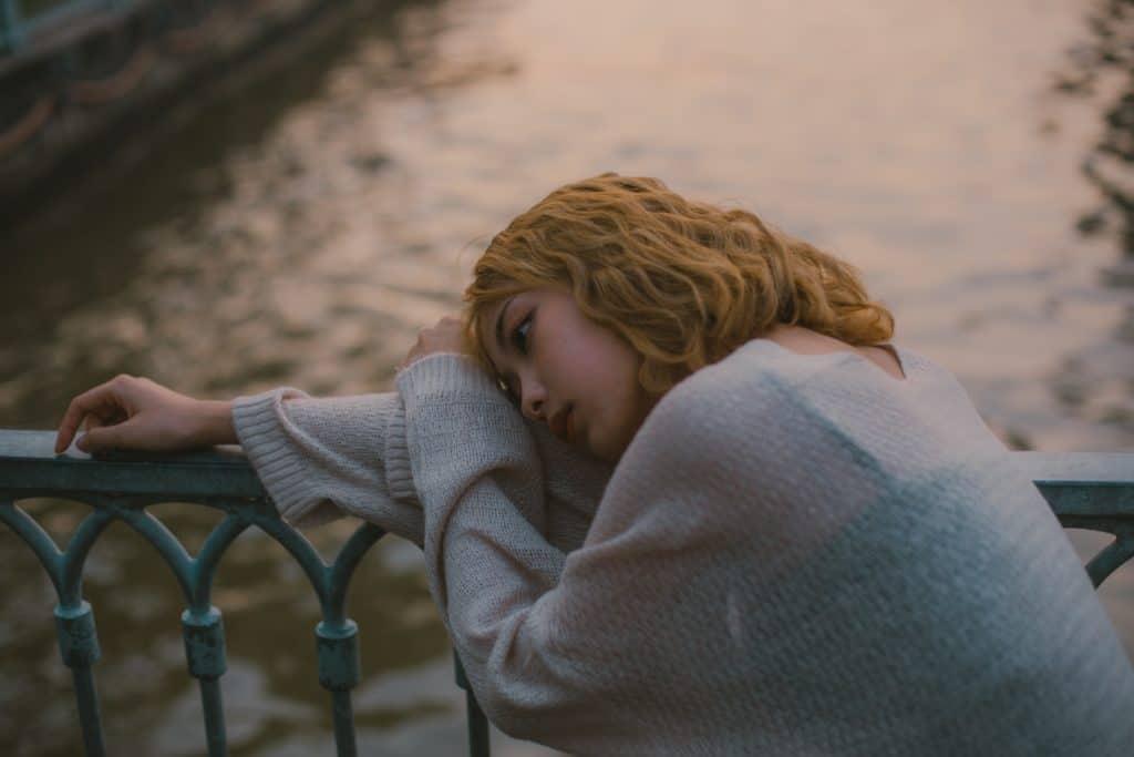 Schlechte Laune und Depression sind zwei Paar Schuhe, mädchen, traurig, porträt